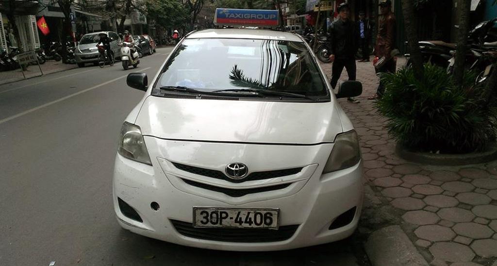 Chiếc xe taxi bị đưa về trụ sở Công an phường Bùi Thị Xuân.