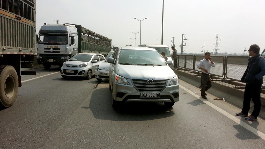Ba chiếc ô tô dồn toa khiến đoạn đường trên cao ùn tắc.