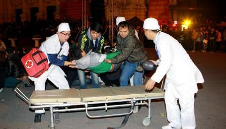 Những người bị ngất được đưa đi cấp cứu.