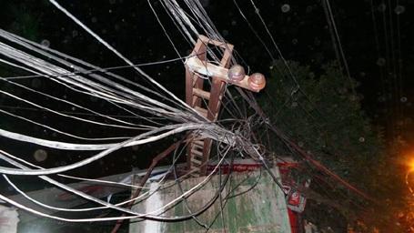 Cột điện bị kéo đổ.