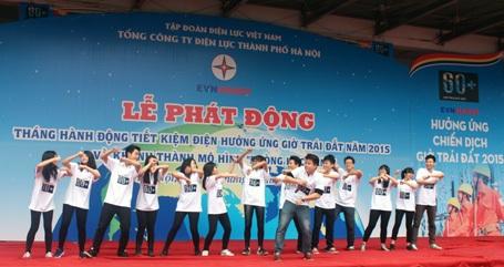 Ca sỹ Đinh Mạnh Ninh hâm nóng buổi lễ với những ca khúc sôi động.