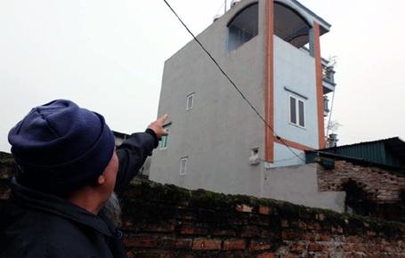 Ông Dư Văn Minh chỉ căn nhà nơi nữ sinh trường y một mình vượt cạn.