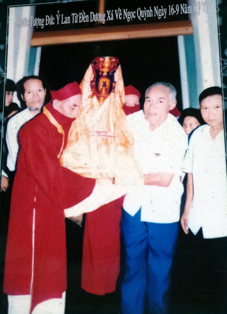 Hình ảnh lễ rước tượng Mẫu Nguyên phi Ỷ Lan được ghi lại, trưng bày tại đền Ghênh.