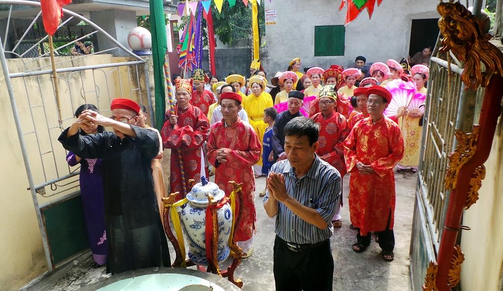 Nước được lấy từ giếng cổ, đem về đền để dùng vào việc cúng bái trong dịp lễ.