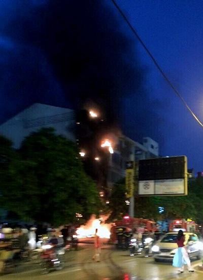 Người dân có thể thấy đám cháy từ xa.