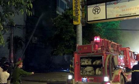 Lực lượng cứu hỏa nỗ lực dập lửa.
