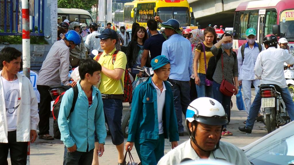 Hàng vạn người ùn ùn trở lại thủ đô. Bến xe Mỹ Đình luôn trong cảnh đông nghẹt.