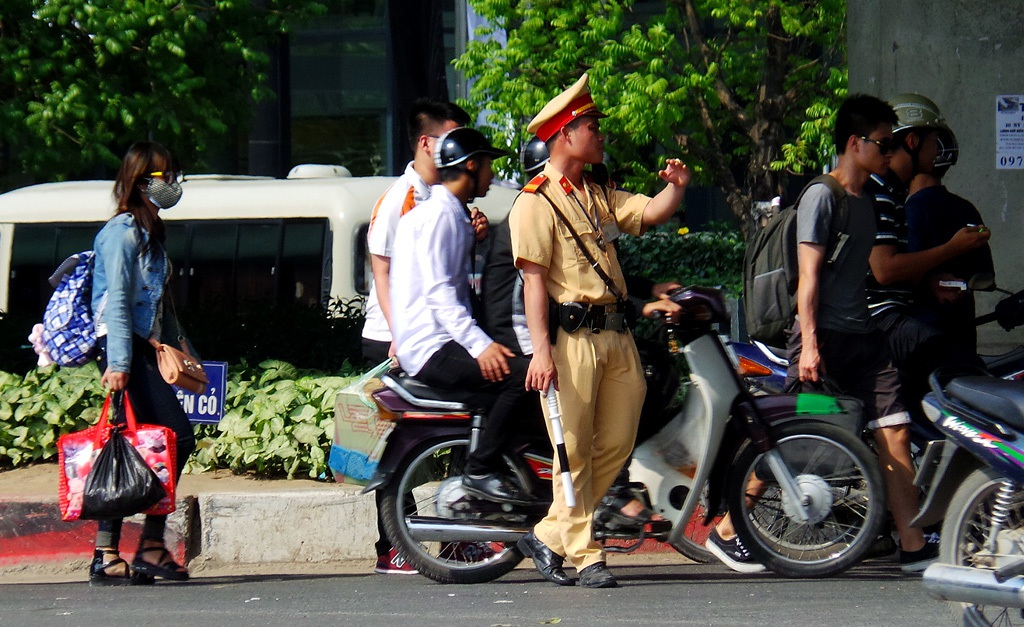Thanh tra giao thông, Cảnh sát giao thông đội nắng phân luồng, hướng dẫn giao thông.