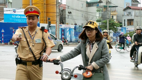 Phần nhiều các trường hợp vi phạm là các em học sinh điều khiển xe đạp điện.