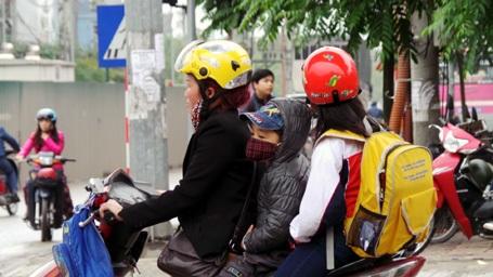 Không đội mũ bảo hiểm, hàng loạt học sinh, phụ huynh bị xử lý