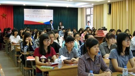 Rất đông sinh viên đến tham gia buổi nói chuyện với Nhà tiên phong của phong trào đọc sách.
