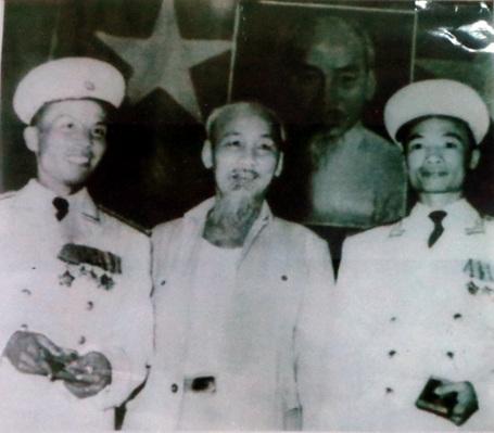 Kéo cờ giải phóng trên đảo Sơn Ca (quần đảo Trường Sa) sáng 25/4/1975.