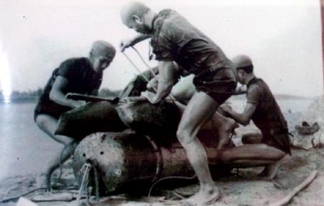 Chiến sỹ đoàn 126 đặc công Hải quân chuẩn bị vũ khí đánh tàu địch.