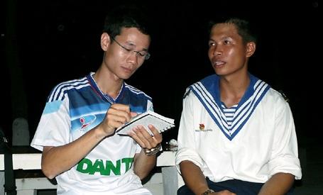 Nguyễn Thiện Nhân (phải) trò chuyện với PV