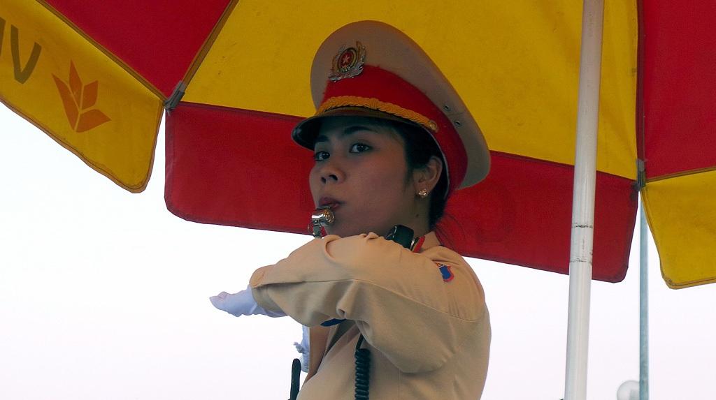 Nguyễn Hoàng Khánh luôn mạnh mẽ, dứt khoát trong từng động tác chỉ huy, điều khiển giao thông.