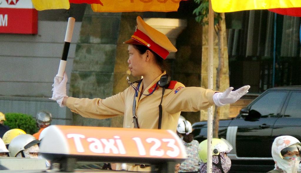 Phạm Thị Huyền làm nhiệm vụ tại ngã năm Yên Phụ, nơi có mật độ phương tiện rất cao.