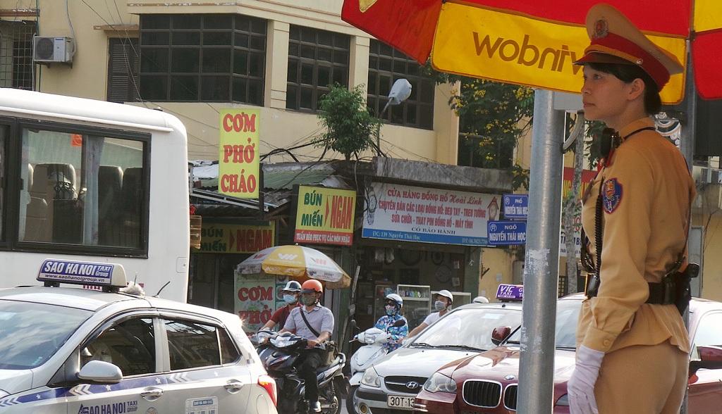 Thượng sỹ Hà Vũ Khánh Linh chốt trực ở nút giao thông Tôn Đức Thắng - Nguyễn Thái Học.