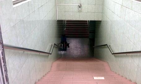 Các hầm dành cho người đi bộ được vệ sinh sạch sẽ, luôn có bảo vệ túc trực.