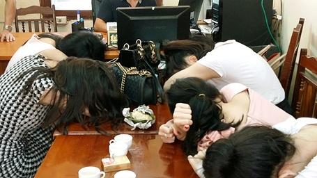 Các gái bán dâm bị đưa về trụ sở công an. (Ảnh: CAND)