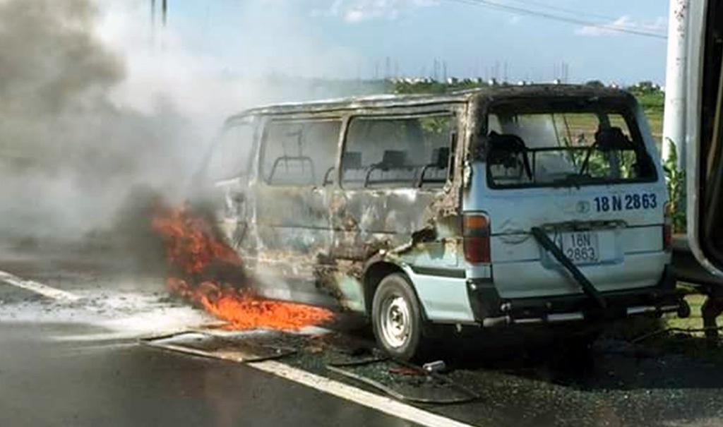 Chiếc xe du lịch bốc cháy trên cao tốc Pháp Vân - Cầu Giẽ.