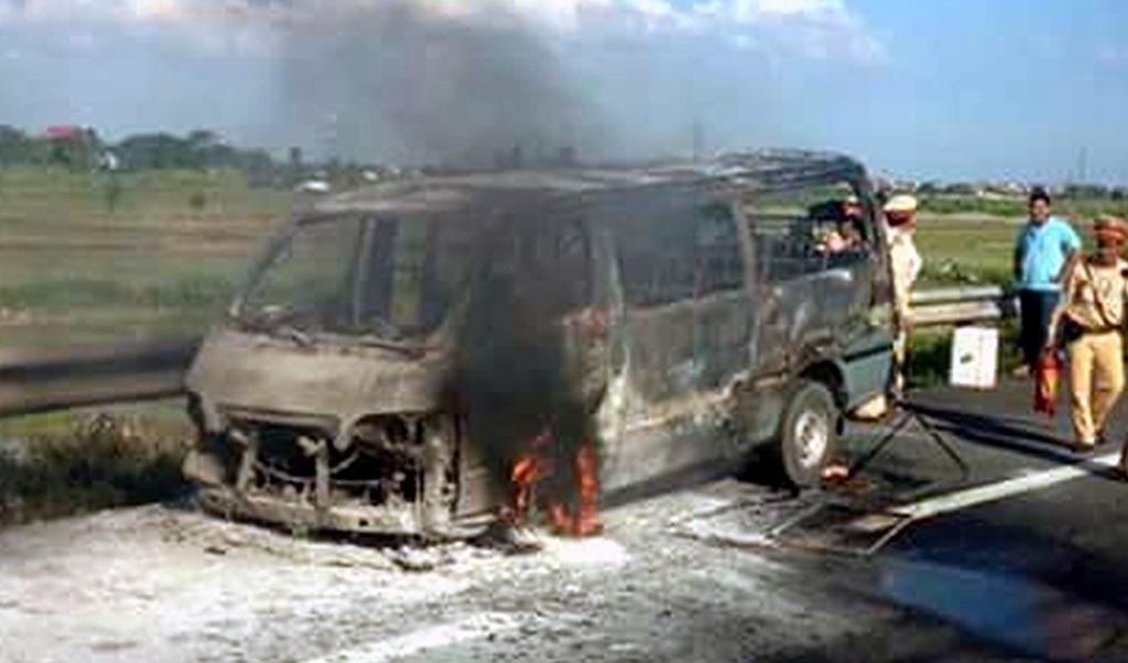 Không có nước dập lửa, chiếc xe bị thiêu trơ khung.