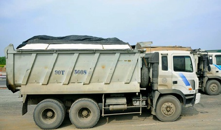 Xe tải ben chở quá khổ, quá tải bị Đội CSGT số 8 kiểm tra, xử lý chiều 5/6.
