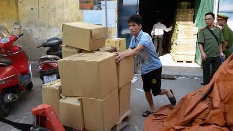 Lực lượng chức năng niêm phong số sách thu giữ trong các thùng các-tông.