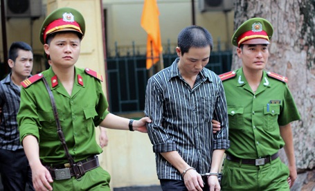 Các bị cáo bị dẫn giải đến tòa.