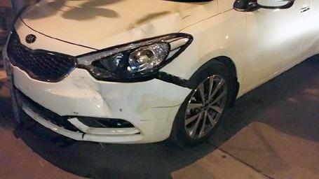 Đầu xe ô tô gây tai nạn móp méo, hư hỏng nhẹ.