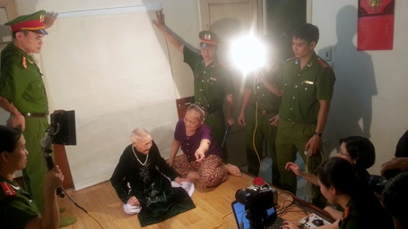 Những thương binh hỏng mắt tại khu tập thể 139 Nguyễn Thái Học được người nhà dẫn đi cấp đổi CMND.
