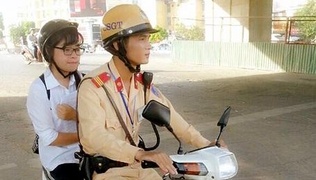 Thượng sỹ Linh đưa em Hà đến điểm thi đúng giờ.