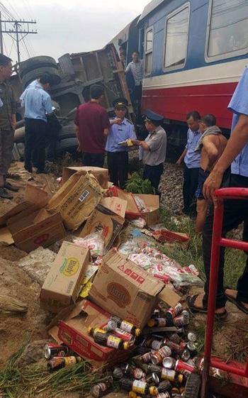 Hàng hóa rơi vãi dọc đường ray. (Ảnh: CTV)