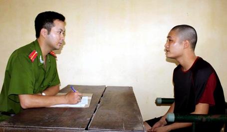 Điều tra viên lấy lời khai của Đàm Quang Chính.