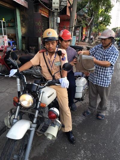 Cháu Trường được Đại úy Nguyễn Trọng đồng dùng xe mô tô chuyên dụng đưa đến điểm thi kịp giờ.