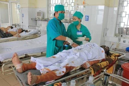 Nạn nhân Trần Văn Thời đang cấp cứu tại Bệnh viện Đa khoa Quảng Ngãi