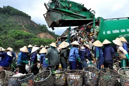 Mỗi lần xe rác đến là cả chục người vây quanh