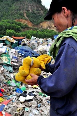 Một con búp bê, có thể là đồ chơi dành cho con cháu của những người ở bãi rác này