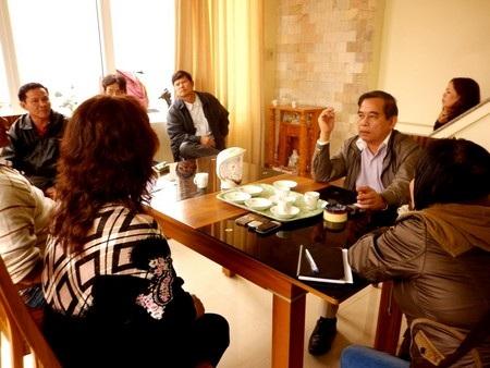 Các chủ nợ đang nói chuyện với ông Lưu Quang Thái (áo trắng bên phải) tại trụ sở Công ty