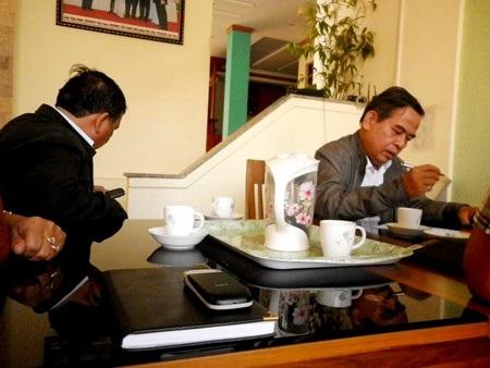 """Ông Lưu Quang Thái (phải) sau nhiều ngày """"mất tích"""" đã xuất hiện để làm việc với các chủ nợ"""