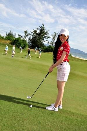 Diệp Hồng Đào tạo dáng trên gân golf