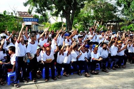 """Hàng trăm em học sinh hăng hái tham gia ngày hội """"Green Day""""."""