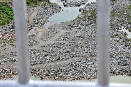 Những dòng sông cạn khô dưới chân đập thủy điện