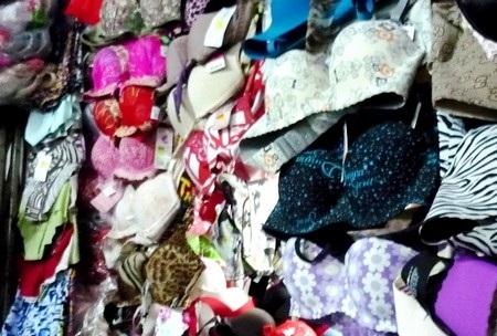 """Nhiều quầy kiốt ở chợ Cồn (Đà Nẵng) kinh doanh các loại áo ngực phụ nữ nghi có chứa """"thuốc lạ"""""""