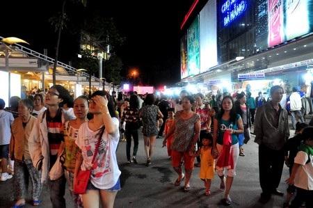 Hàng ngàn người dân và du khách đi chợ đêm