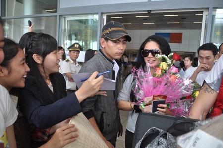 Kim Lee ký tặng người hâm mộ