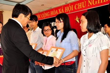 Ông Nguyễn Đức Hải - Bí thư tỉnh Quảng Nam trao học bổng đến các em HS, SV nghèo học giỏi.