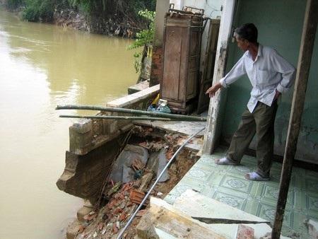 Nhà người dân ven sông Túy Loan (xã Hòa Phong, Hòa Vang) bị sạt lở trong mùa lũ 2011