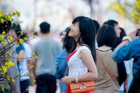 Rấtđông các bạn trẻ, namthanh nữ tú đến vui chơi, thưởng lãm con đường hoa