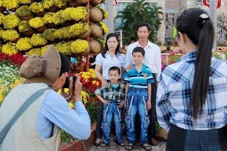 Rất nhiều gia đình đến con đường hoa Xuân để chụp hình lưu niệm