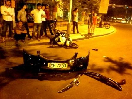 Phần cản trước ô tô và xe máy tại hiện trường vụ tai nạn. Ảnh: Q.V.